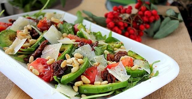 Салат с авокадо и вялеными томатами